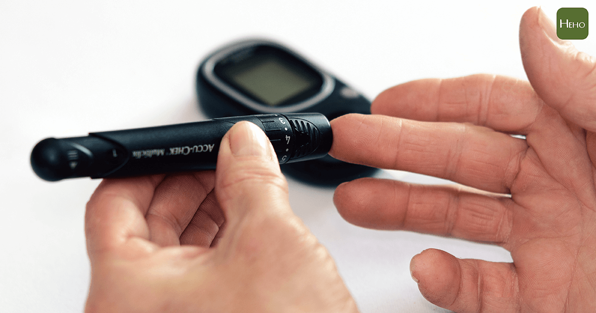 checking-close-up-diabetes-1001897