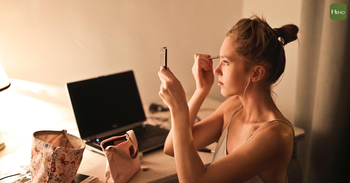 每天化妝的女人,一年竟然得吸收2公斤的有害物質