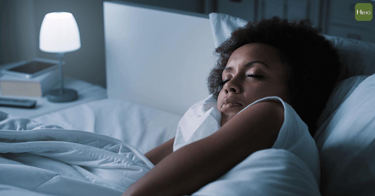 研究:晚上開燈睡覺容易胖!新陳代謝科醫師這麼說