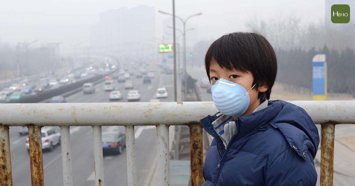 全台空污拉警報!肺癌專科醫師:戴醫療用口罩只能擋掉4成PM2.5
