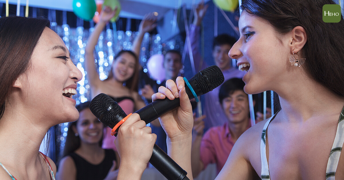https://www.istockphoto.com/hk/photo/two-friends-singing-together-at-karaoke-gm459993435-32231128