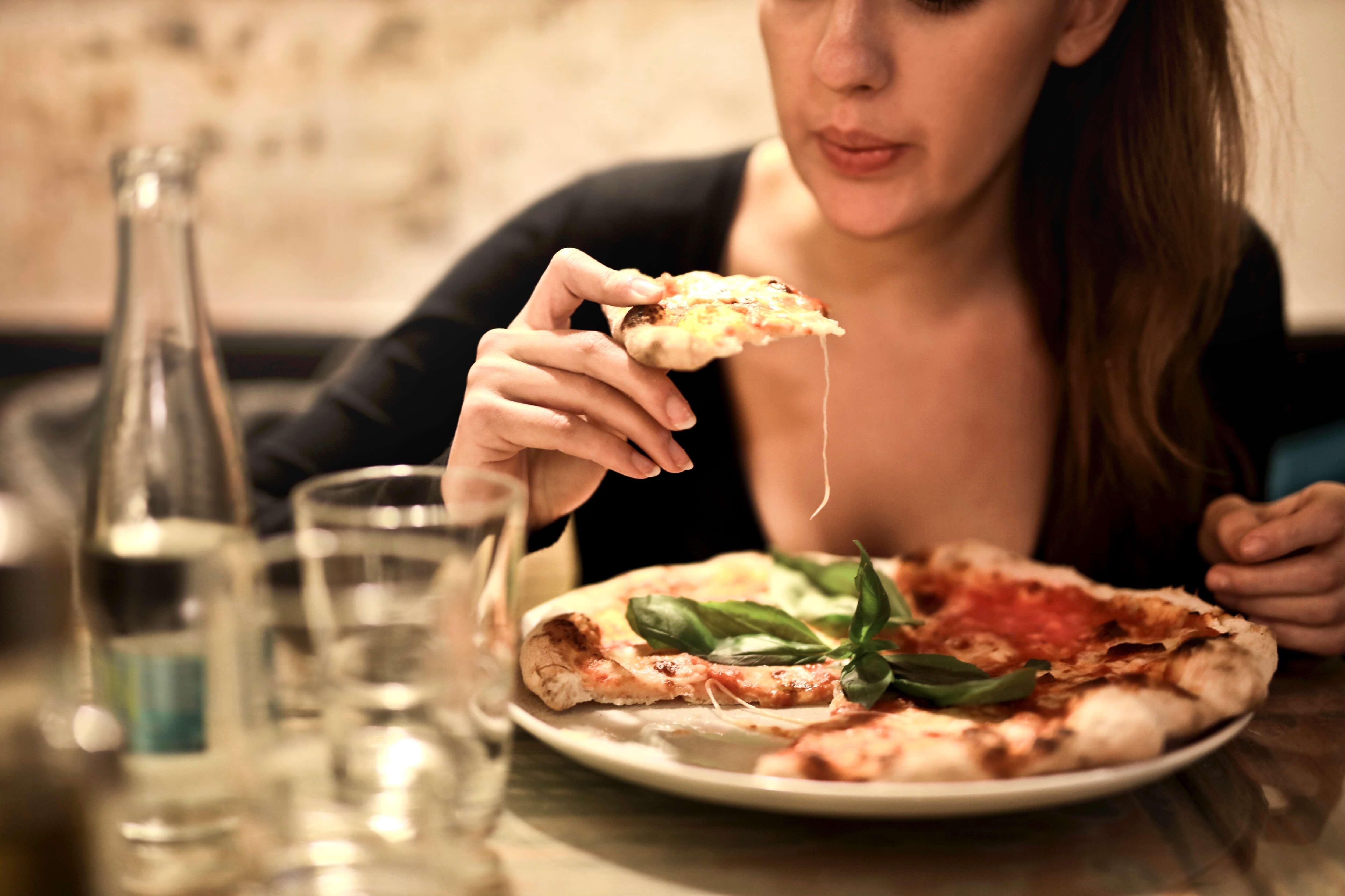 大餐後出現脹氣、消化不良?醫生建議 6 種食物要少吃!