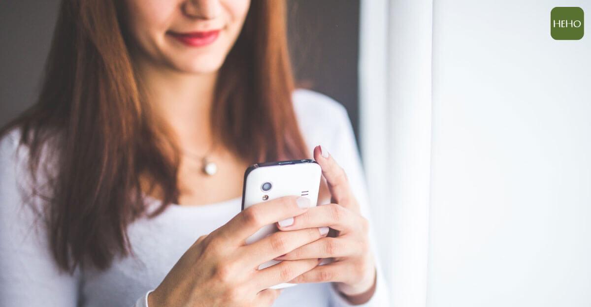玩手機也能練瑜珈!4 動作讓簡單瘦身不費力