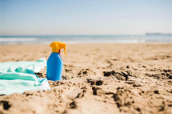 """外出防曬不能少 (示意圖) / 圖片來源:<a href=""""https://www.freepik.com/free-photo/blue-bottle-sun-screen-lotion-sandy-beach_4204874.htm#page=3&amp;query=Sun+protection&amp;position=48"""">freepik</a>"""